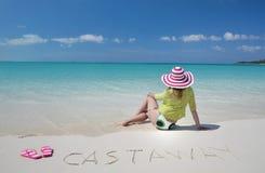 放松在海滩的女孩 免版税库存图片