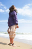 放松在海滩的妇女 免版税库存图片