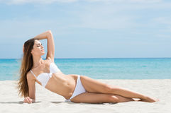 放松在海滩的妇女 库存图片