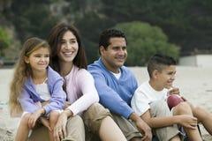 放松在海滩的家庭 图库摄影