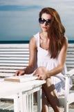 放松在海滩的少妇 免版税库存图片
