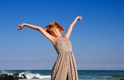 放松在海滩的愉快的妇女旅客 库存图片