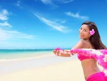 放松在海滩的愉快的无忧无虑的夏威夷妇女 免版税库存图片