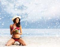 放松在海滩的泳装的美丽的妇女 库存照片