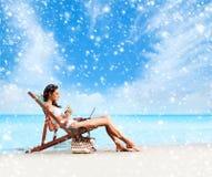放松在海滩的泳装的美丽的妇女 图库摄影