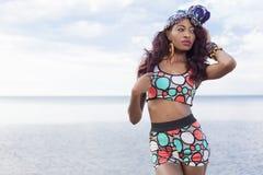 放松在海滩的美丽的非裔美国人的女孩 库存图片
