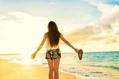放松在海滩的自由妇女无忧无虑的跳舞 免版税图库摄影
