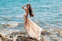 放松在海滩的年轻性感的妇女 免版税库存照片