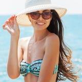 放松在海滩的年轻性感的妇女 免版税图库摄影