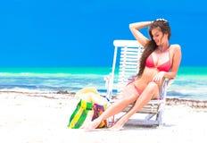 放松在海滩的年轻美丽的妇女 库存图片