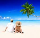放松在海滩蜜月假期概念的夫妇 库存照片