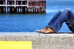 放松在海洋边的人 免版税库存照片