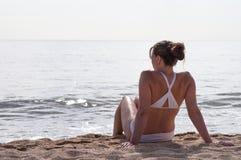 放松在海滩 库存图片