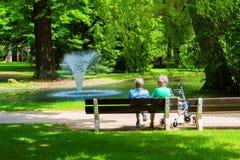 放松在温泉公园-温泉渡假胜地Frantiskovy Lazne Franzensbad -捷克 免版税图库摄影