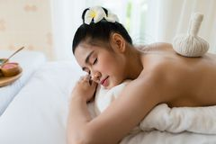 放松在温泉按摩的年轻美丽的亚裔妇女 免版税库存照片