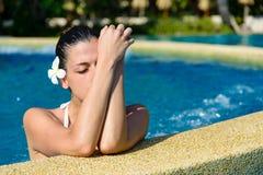 放松在温泉极可意浴缸水池的妇女 图库摄影