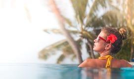放松在温泉水池的年轻美丽的妇女画象  免版税图库摄影