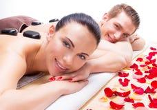 放松在温泉沙龙的愉快的微笑的夫妇 免版税库存照片