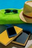 放松在游泳池在夏天 图库摄影