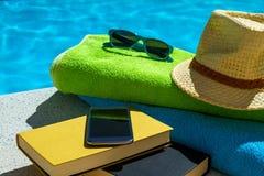放松在游泳池在夏天 免版税库存图片