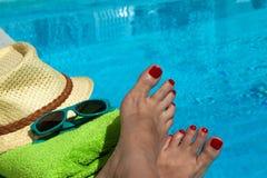 放松在游泳池在夏天 库存图片