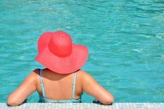 放松在游泳池的实际女性秀丽 库存照片