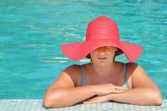 放松在游泳池的实际女性秀丽 库存图片