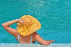 放松在游泳池的实际女性秀丽 图库摄影