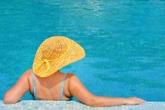 放松在游泳池的实际女性秀丽 免版税库存照片