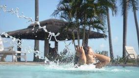 放松在游泳池的年轻美丽的妇女 在水池瀑布下的妇女 慢的行动 1920x1080, hd 股票录像