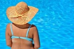 放松在游泳池的真正的女性秀丽 库存照片