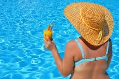 放松在游泳池的真正的女性秀丽 库存图片
