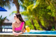放松在游泳池的美丽的女孩 图库摄影