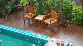 放松在游泳池边在庭院里 免版税库存图片