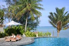 放松在游泳池边的蜜月旅行者在拉罗通加库克群岛 库存图片