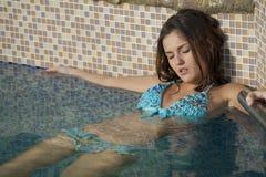 放松在游泳池 免版税图库摄影