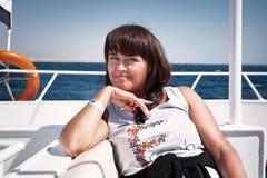 放松在游艇的妇女 库存图片