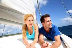 放松在游艇的微笑的夫妇 免版税库存图片