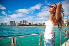 放松在游艇的愉快的少妇 免版税库存照片