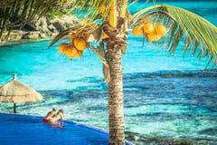 放松在热带海岛的夫妇 库存图片