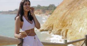 放松在热带海岸线的妇女 影视素材