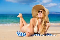 放松在热带海滩的美丽的妇女 库存图片