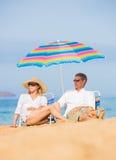 放松在热带海滩的夫妇 免版税库存照片