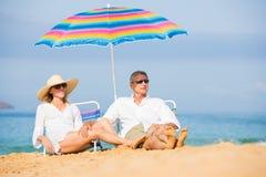 放松在热带海滩的夫妇 免版税库存图片