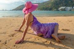 放松在热带海滩的妇女 库存照片