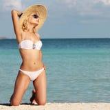 放松在热带海滩的性感的女孩。魅力金发碧眼的女人妇女 免版税图库摄影
