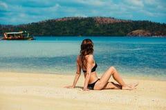 放松在热带海滩的美丽的少妇 免版税图库摄影