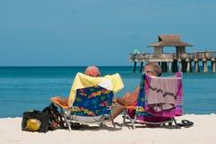 放松在热带海滩的资深夫妇 免版税库存照片