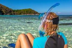 放松在热带海滩的Snorkeler 库存图片