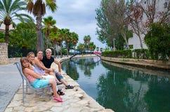 放松在热带的家庭 免版税图库摄影
